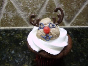 outlining reindeer eyes for reindeer cupcakes